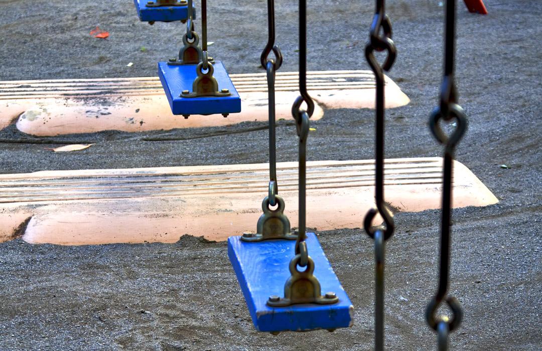 公園のブランコ:外で遊ぶか家で勉強するか