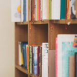 図書館の本棚-小学生の読書の効果